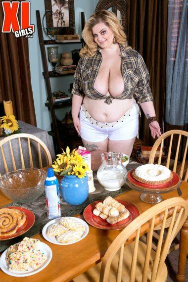 Sashaa Juggs Blouse Bustin' Foodie ⋆ Happy Big Boobs